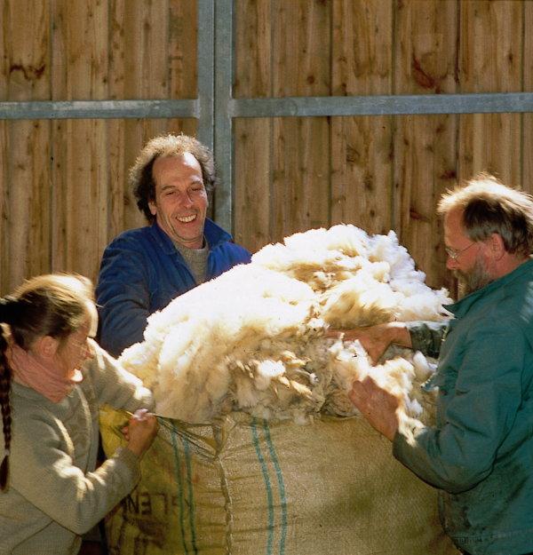 Arbeiter beim Stopfen von Wolle